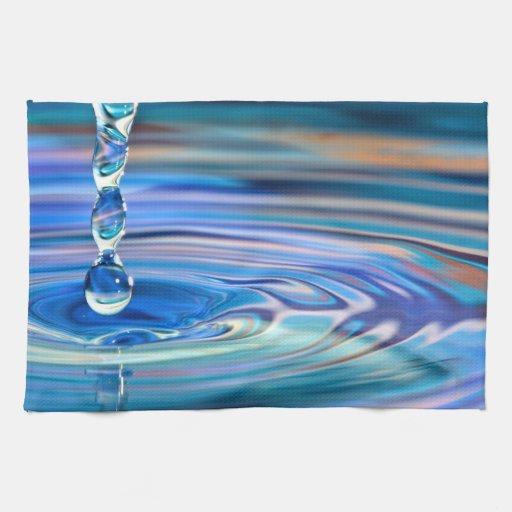 El fluir claro de los descensos del agua azul toallas de mano