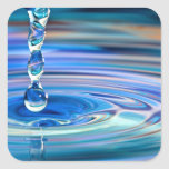 El fluir claro de los descensos del agua azul calcomanía cuadradas personalizada