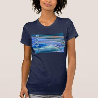 El fluir claro de los descensos del agua azul camisetas