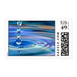 El fluir claro de los descensos del agua azul sello