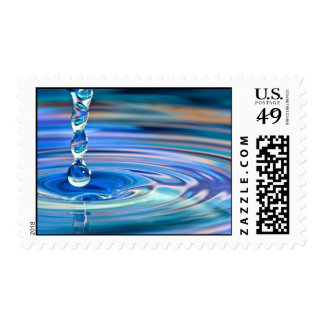El fluir claro de los descensos del agua azul sellos postales