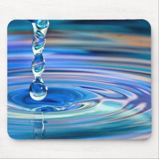El fluir claro de los descensos del agua azul alfombrillas de ratones