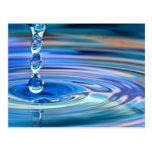 El fluir claro de los descensos del agua azul postal
