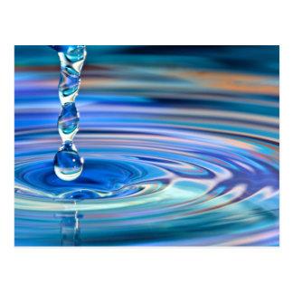 El fluir claro de los descensos del agua azul postales