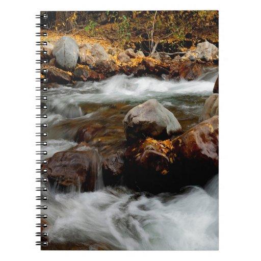 El fluir del río del agua Seaward Libreta