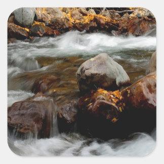 El fluir del río del agua Seaward Pegatina Cuadrada