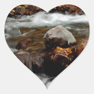 El fluir del río del agua Seaward Pegatina En Forma De Corazón