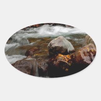 El fluir del río del agua Seaward Pegatina Ovalada