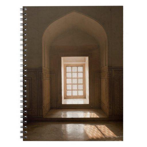 El fluir ligero a través de la ventana, mausoleo,  libro de apuntes con espiral
