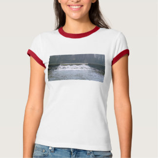 El fluir sobre la camiseta de las mujeres