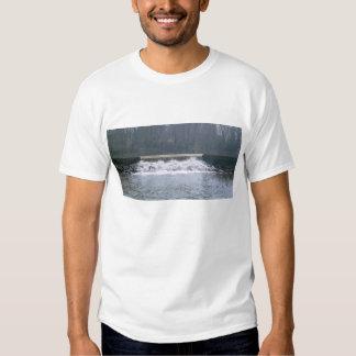 El fluir sobre la camiseta de los hombres playera