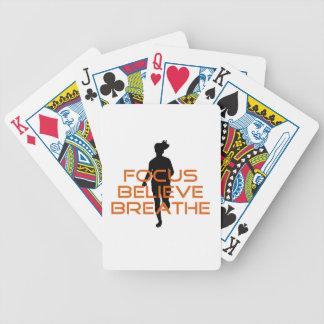 El foco anaranjado cree respira el funcionamiento barajas de cartas