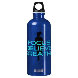 El foco cree respira la aguamarina botella de agua