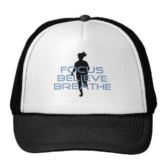 El foco cree respira las camisetas azules gorras de camionero