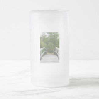 El fondo verde del mangle, atraca llevar adentro jarra de cerveza esmerilada