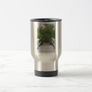 El fondo verde del mangle, atraca llevar adentro taza de viaje