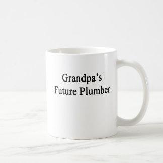 El fontanero futuro del abuelo taza básica blanca