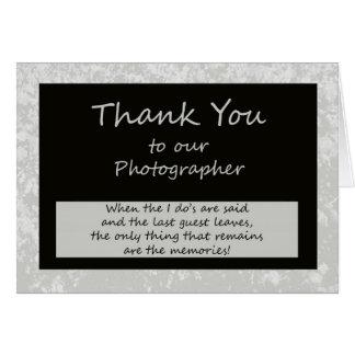 El fotógrafo le agradece cardar tarjeta de felicitación