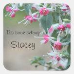 el fucsia rosado y blanco florece a los pegatinas pegatina cuadradas personalizadas