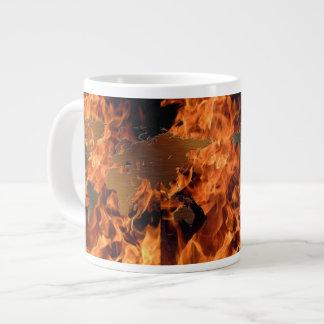 El fuego flamea el cuenco para sopa terroso del taza grande