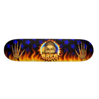 El fuego real y las llamas del cráneo de Greg anda