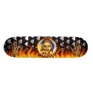 El fuego real y las llamas del cráneo de Tina anda Tabla De Skate