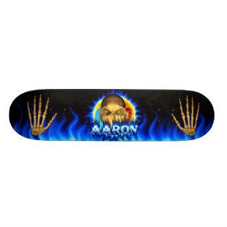 El fuego y las llamas azules del cráneo de Aaron a Tablas De Skate