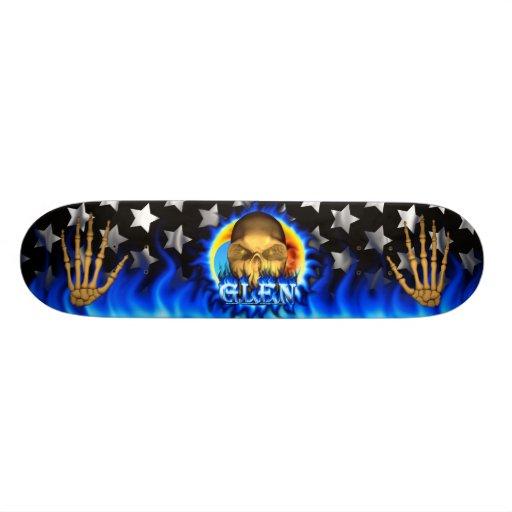 El fuego y las llamas azules del cráneo de la caña tabla de skate