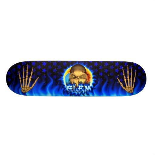El fuego y las llamas azules del cráneo de la caña skateboard