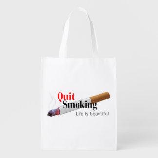 El fumar abandonado bolsas para la compra
