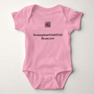 El fumar cerca de niños es mono del bebé de la camisas