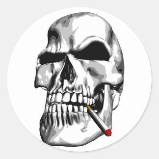 El fumar del cráneo etiqueta redonda