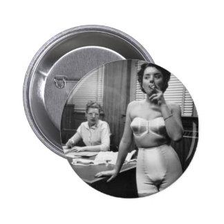 El fumar modelo de la ropa interior en una oficina pin