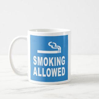 El fumar permitido taza básica blanca