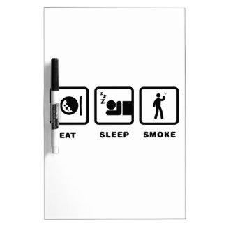 El fumar pizarra blanca