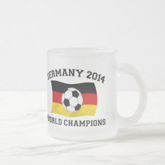 El fútbol de Alemania defiende 2014 Taza De Café Esmerilada