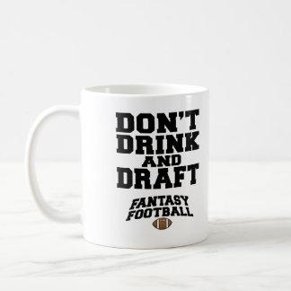 El fútbol de la fantasía no bebe y no elabora taza básica blanca