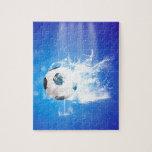 El fútbol del vuelo con agua salpica puzzles