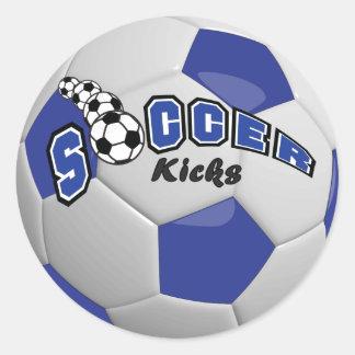 El fútbol golpea el | con el pie azul marino pegatina redonda