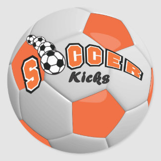 El fútbol golpea el naranja del | con el pie pegatina redonda