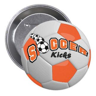 El fútbol golpea el naranja del | con el pie pin redondo 7 cm