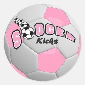 El fútbol golpea el rosa del   con el pie etiqueta redonda