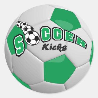 El fútbol golpea el verde del | con el pie pegatina redonda