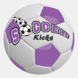 El fútbol golpea la púrpura del | con el pie pegatina redonda