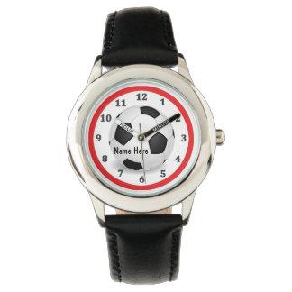 El fútbol personalizado mira a muchachos con su relojes