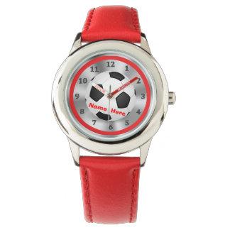 El fútbol personalizado mira a muchachos con su relojes de mano