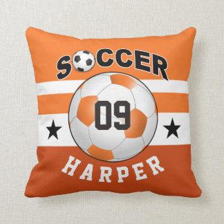 El fútbol se divierte el naranja conocido de cojín