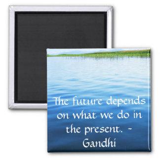 El futuro depende de lo que hacemos en el presente imán cuadrado