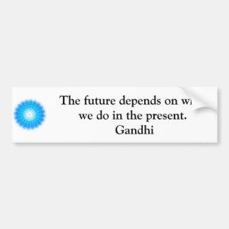 El futuro depende de lo que hacemos en el presente pegatina para auto