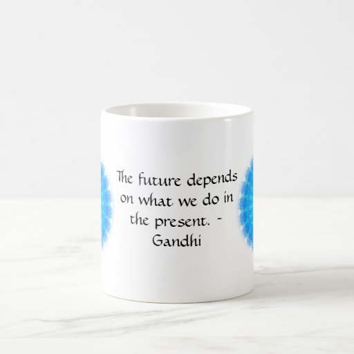 El futuro depende de lo que hacemos en el presente taza clásica